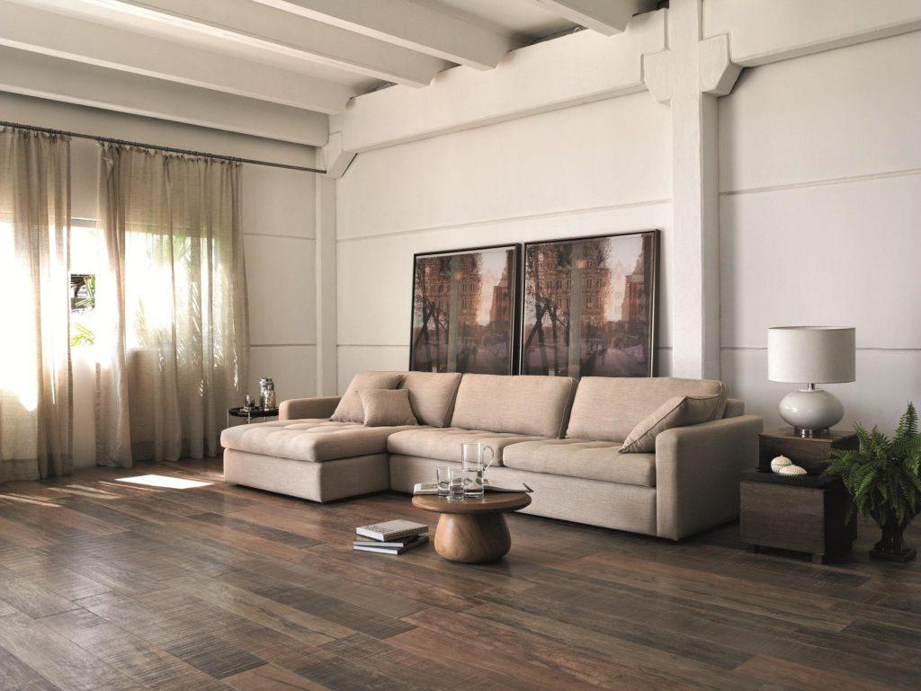 pisos que imitam madeira em sala moderna