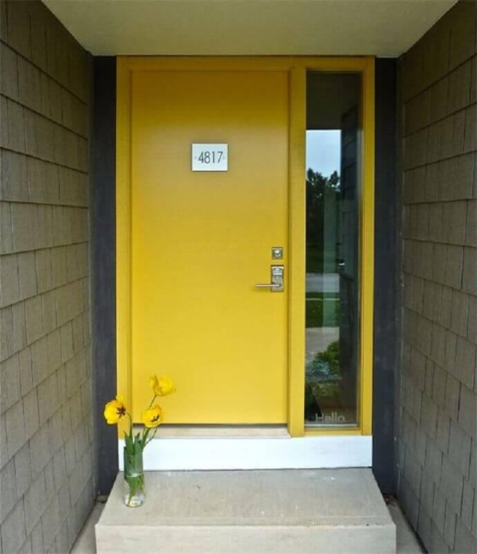 porta de entrada amarela