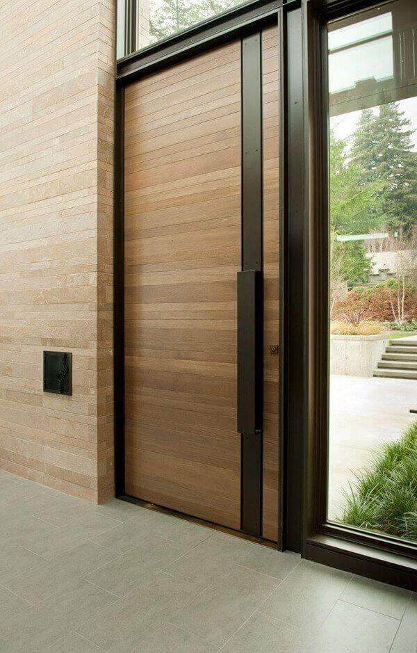 porta de entrada madeira, vidro e metal