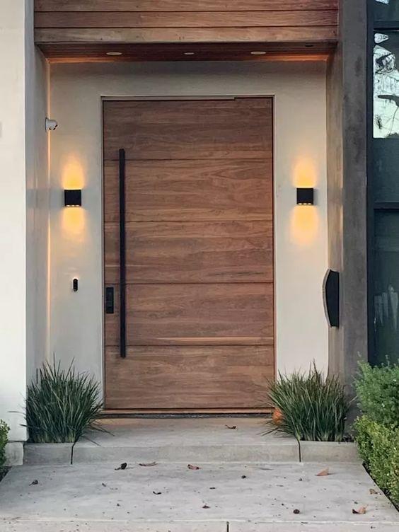 porta de madeira com detalhes em preto