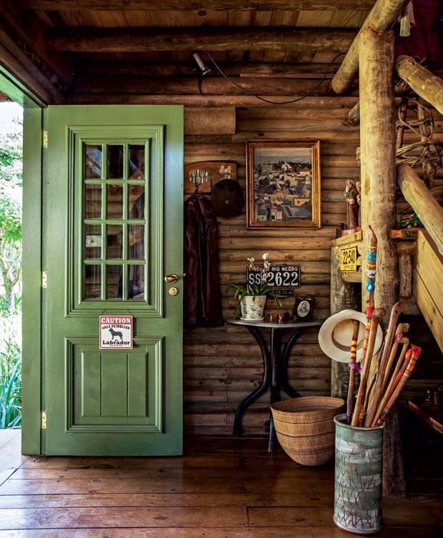 chalé com porta verde
