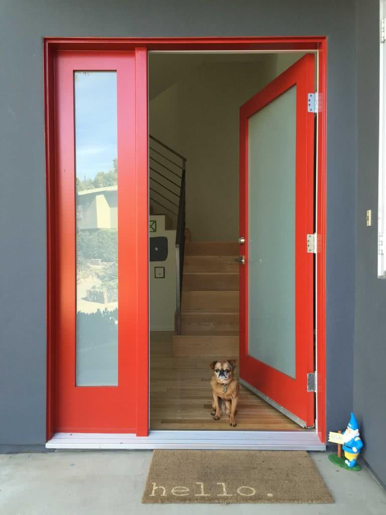 vermelho na porta e vidro