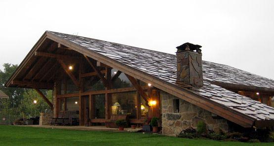 casa rústica com telhado em madeira