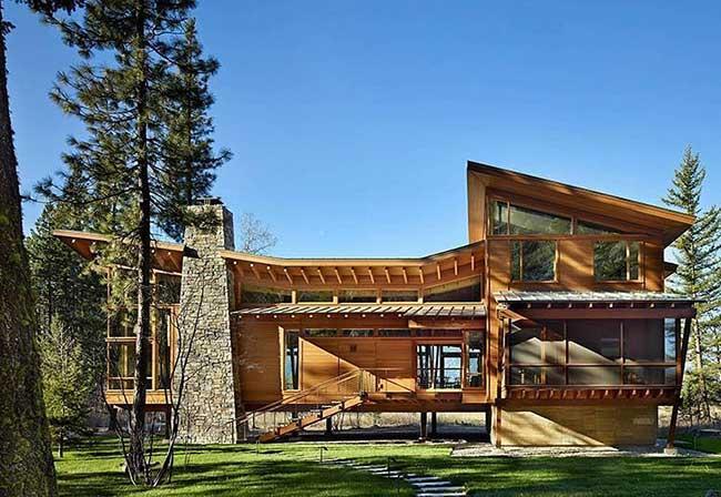 casa de campo com telhado de madeira