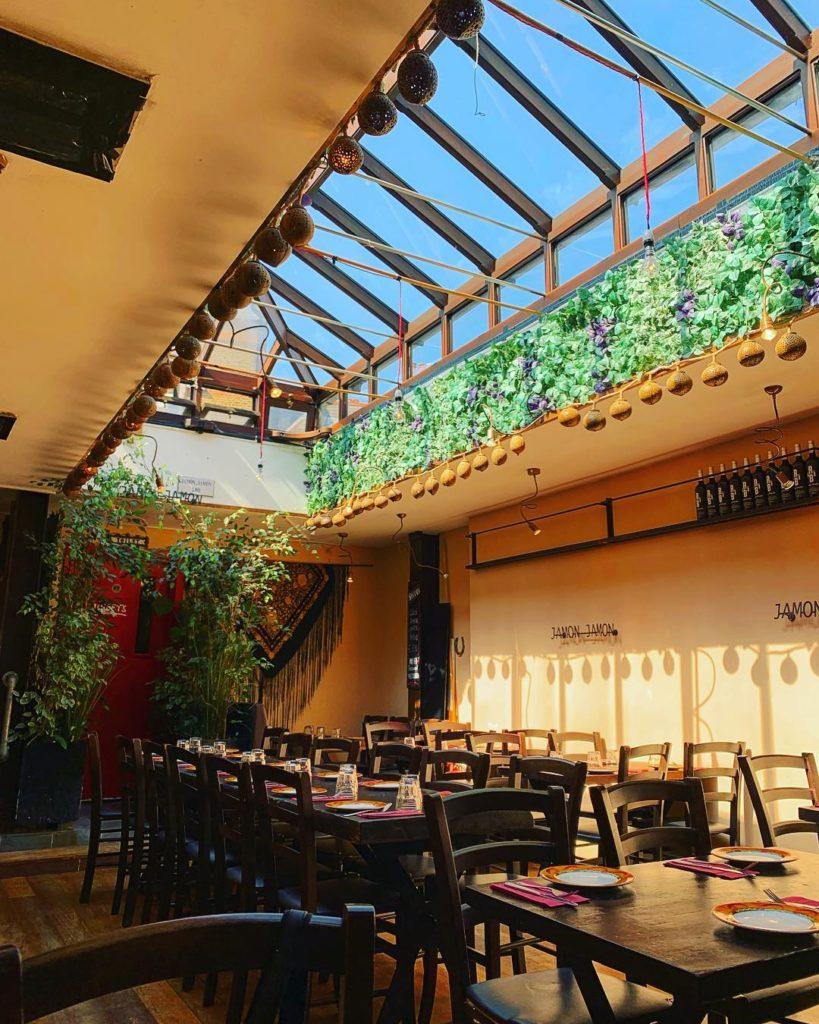 restaurante com teto de vidro