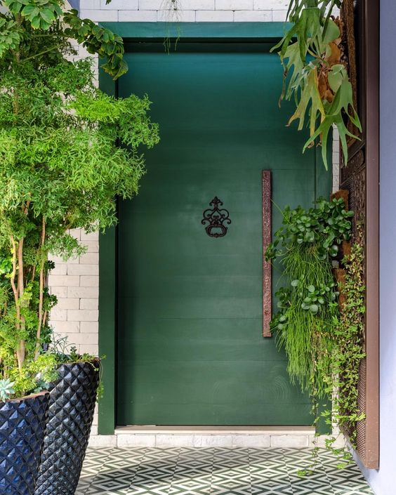 fachada com porta verde