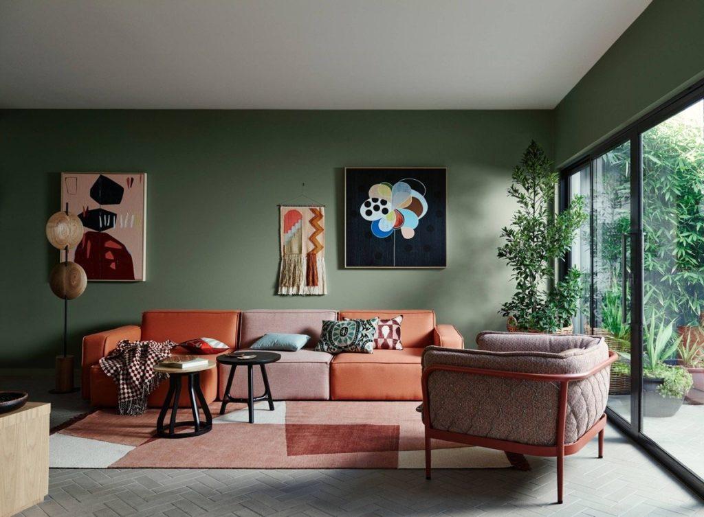 parede verde e elementos coloridos