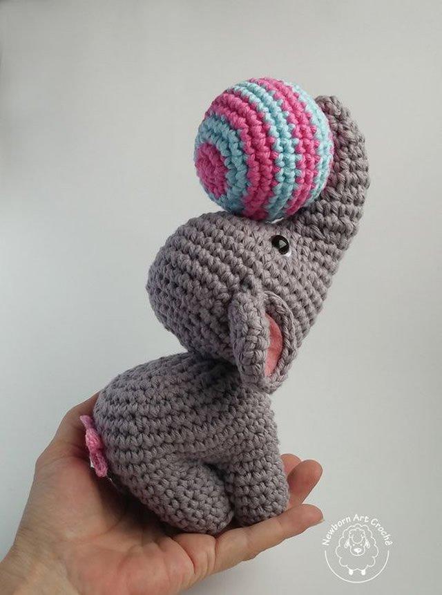 elefante brincando em amigurumi