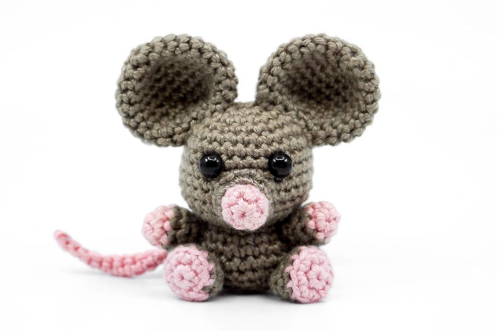 pequeno rato em amigurumi