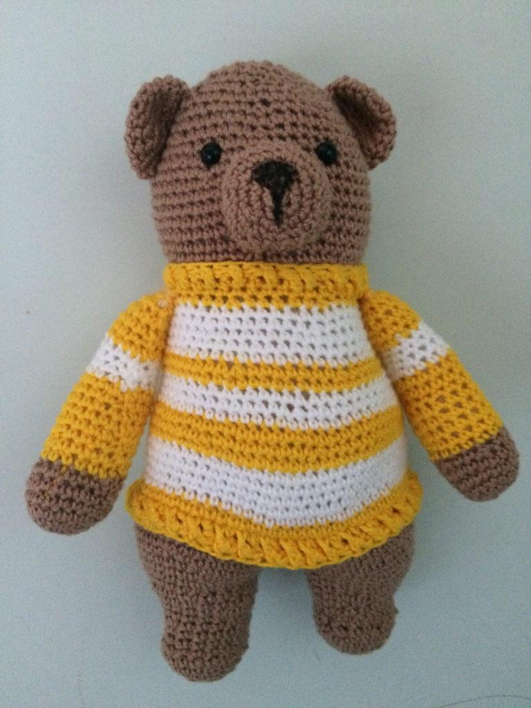 urso em amigurumi de suéter
