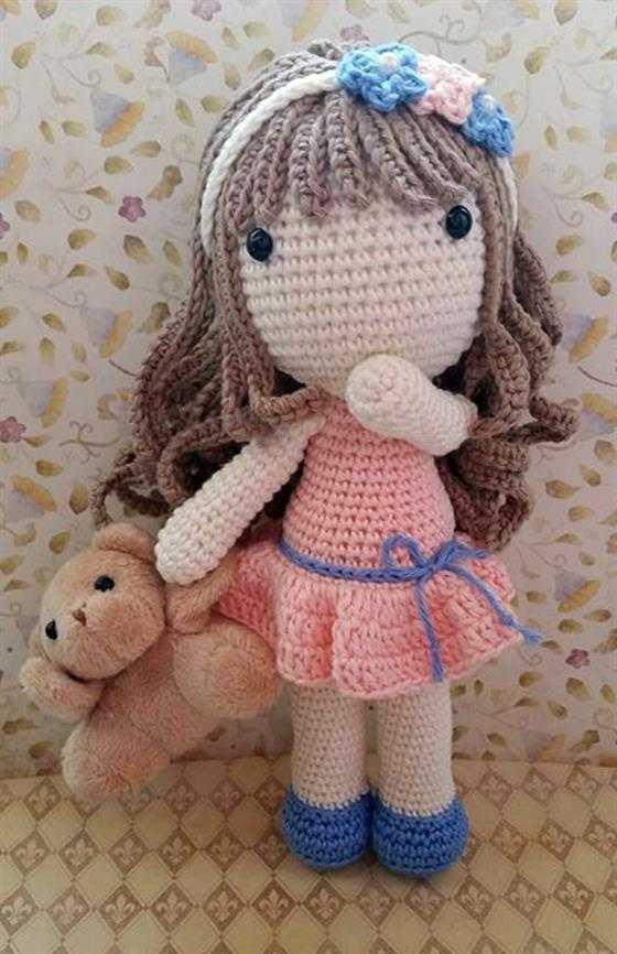 boneca com urso de amigurumi