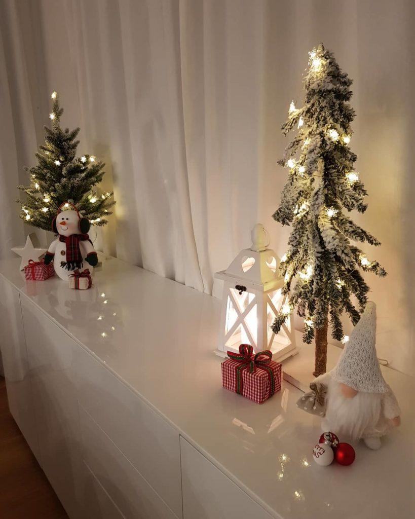 decoração de natal com duas árvores