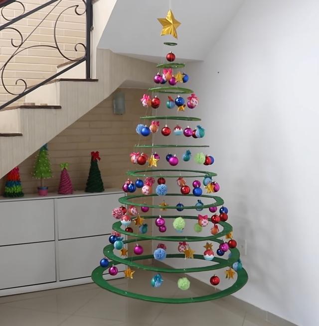 árvore de natal suspensa