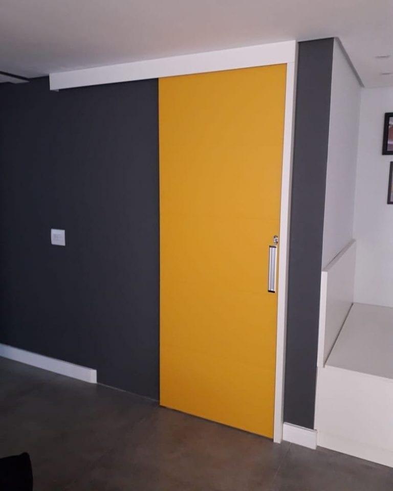 porta amarela moderna