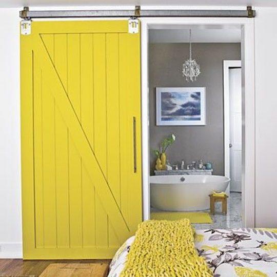 porta de correr para banheiro madeira amarela