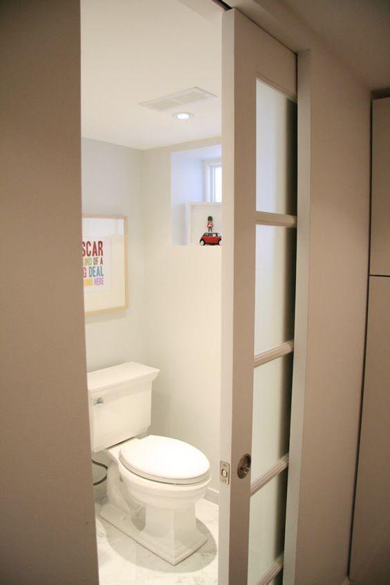 porta de banheiro com vidro e madeira