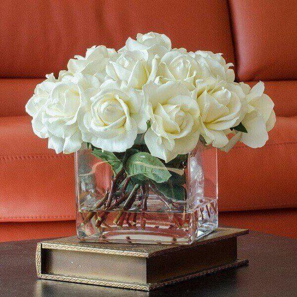 rosas brancas em vasos transparentes