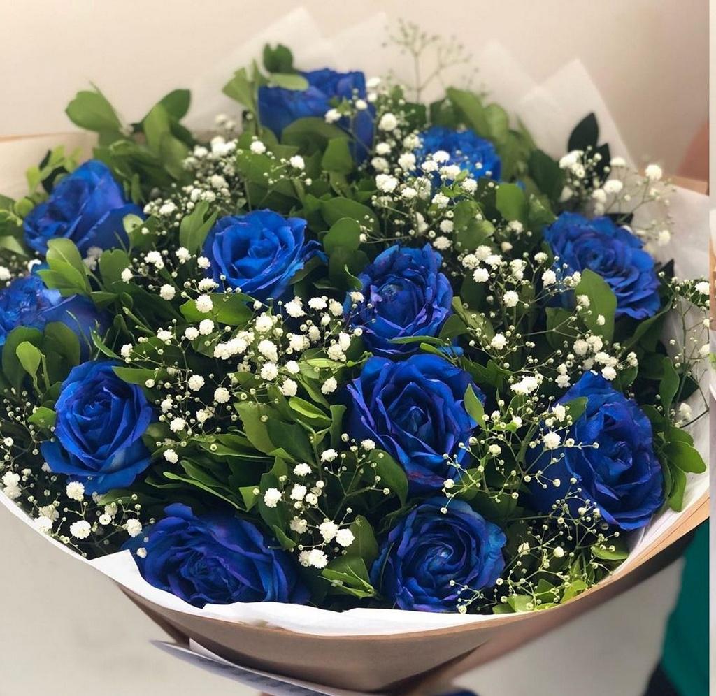 rosas azuis em composição