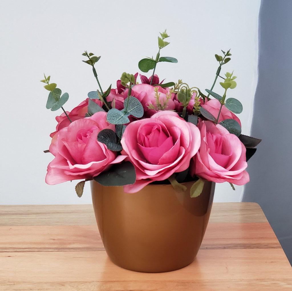 vaso pequeno com rosas