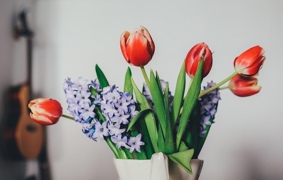 mistura de flores no mesmo vaso