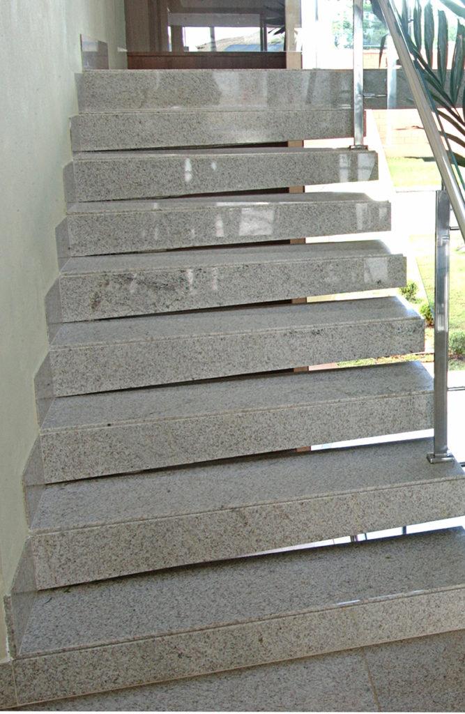 escada com rodapé fino