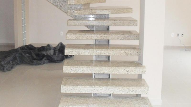 escada vazada de granito
