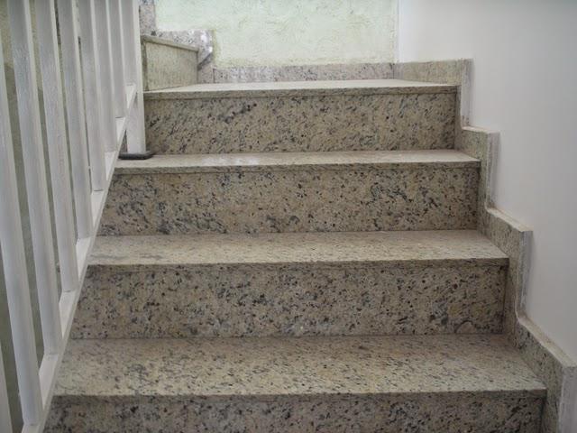 escada com rodapé de um lado