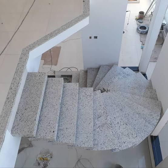 escada caracol de granito