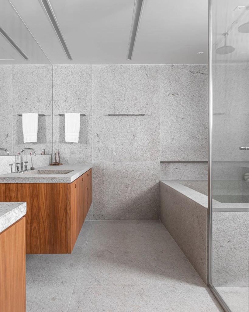 banheiro trabalhado em granito branco siena