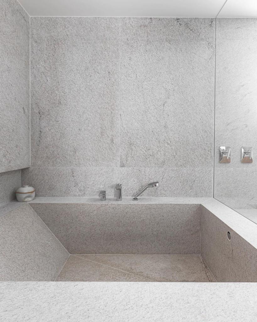 banheira com granito escovado