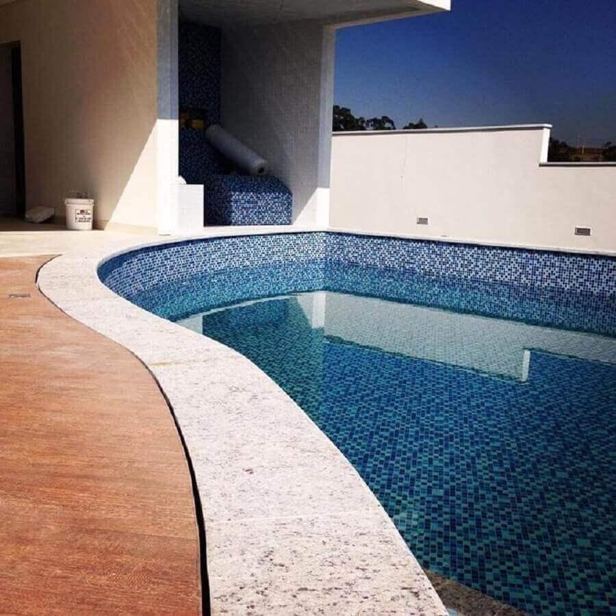 borda de piscina com granito
