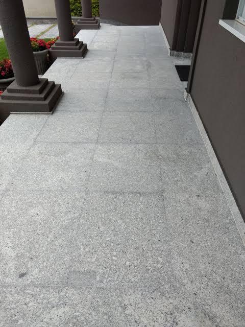 piso externo de granito escovado