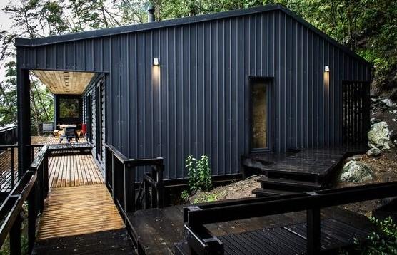 residência feita de telha de zinco