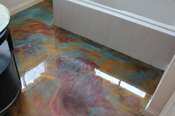 banheiro com piso colorido