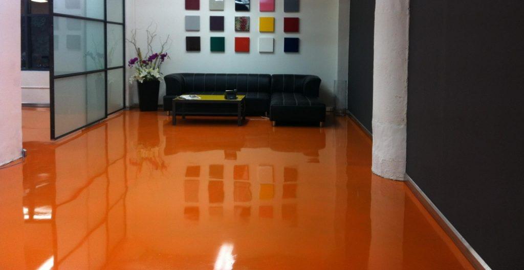 sala com piso laranja