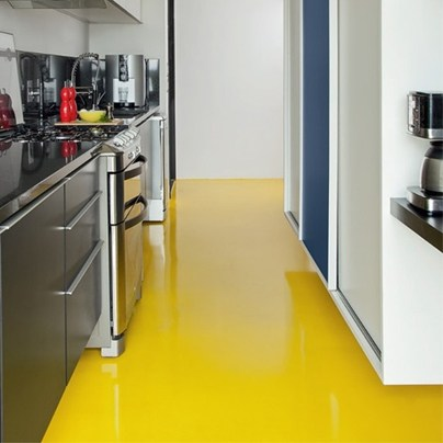 cozinha amarela com resina