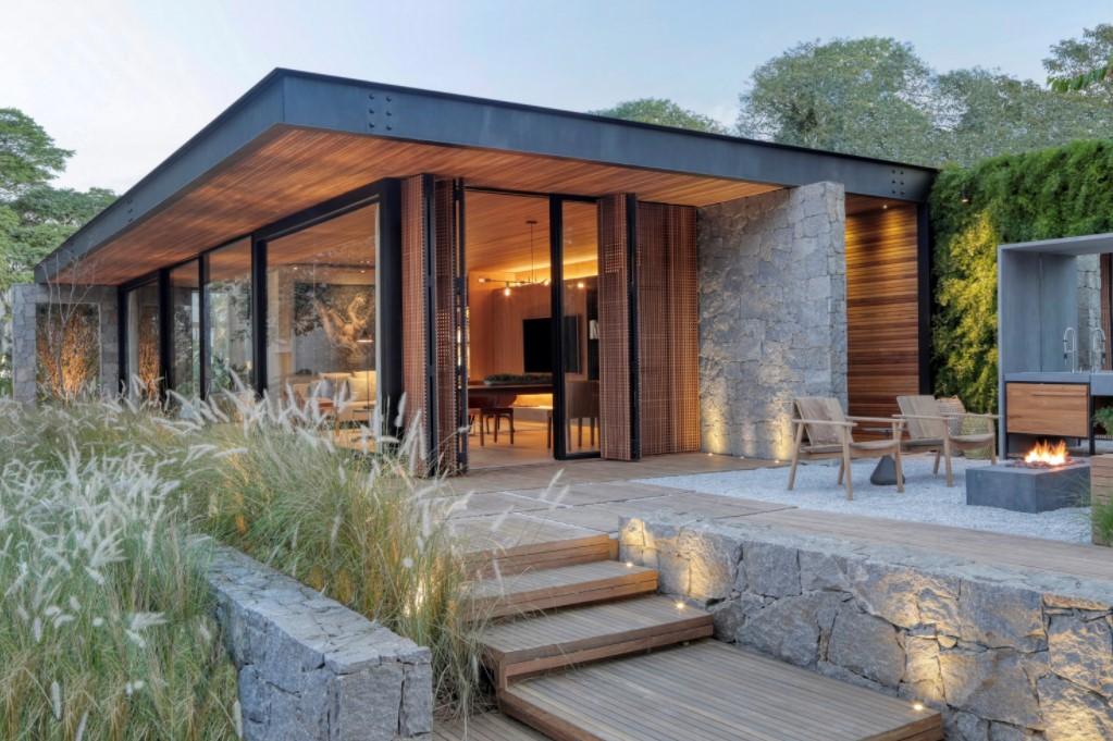 casa pré-fabricada com pedra, metal, madeira e vidro