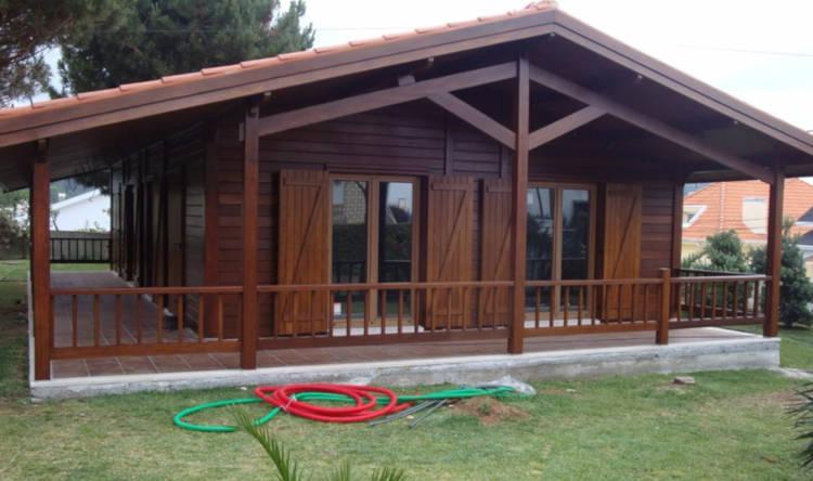 casa pré-fabricada com porta balcão nos quartos