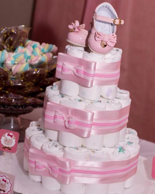 Decoração de chá de bebê com bolo de fralda