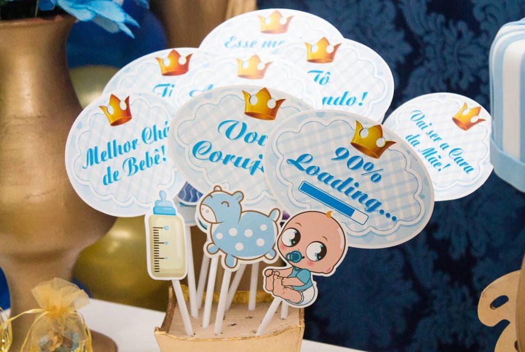 Decoração de chá de bebê com plaquinhas de frases