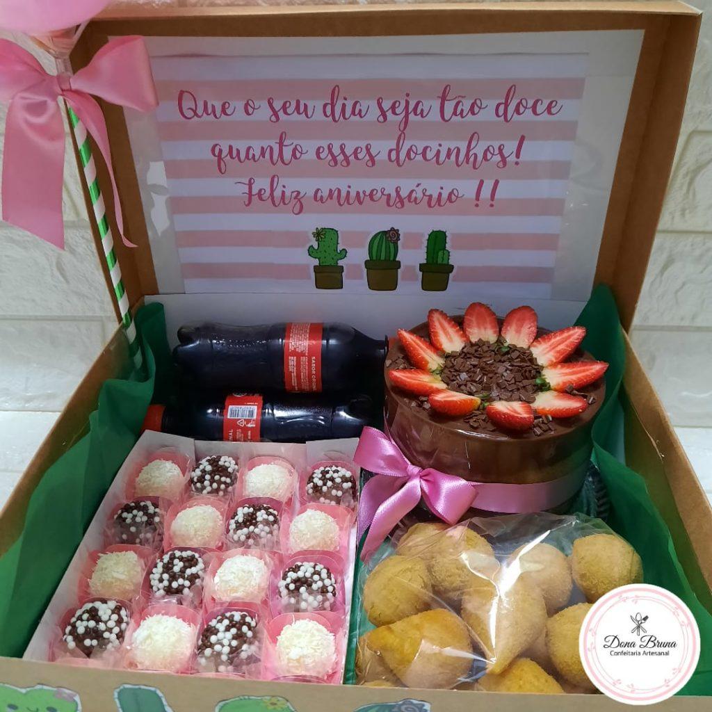 Festa na caixa com docinhos e salgadinhos