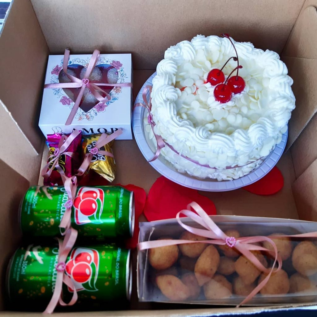 Festa na caixa com bolo e bombons