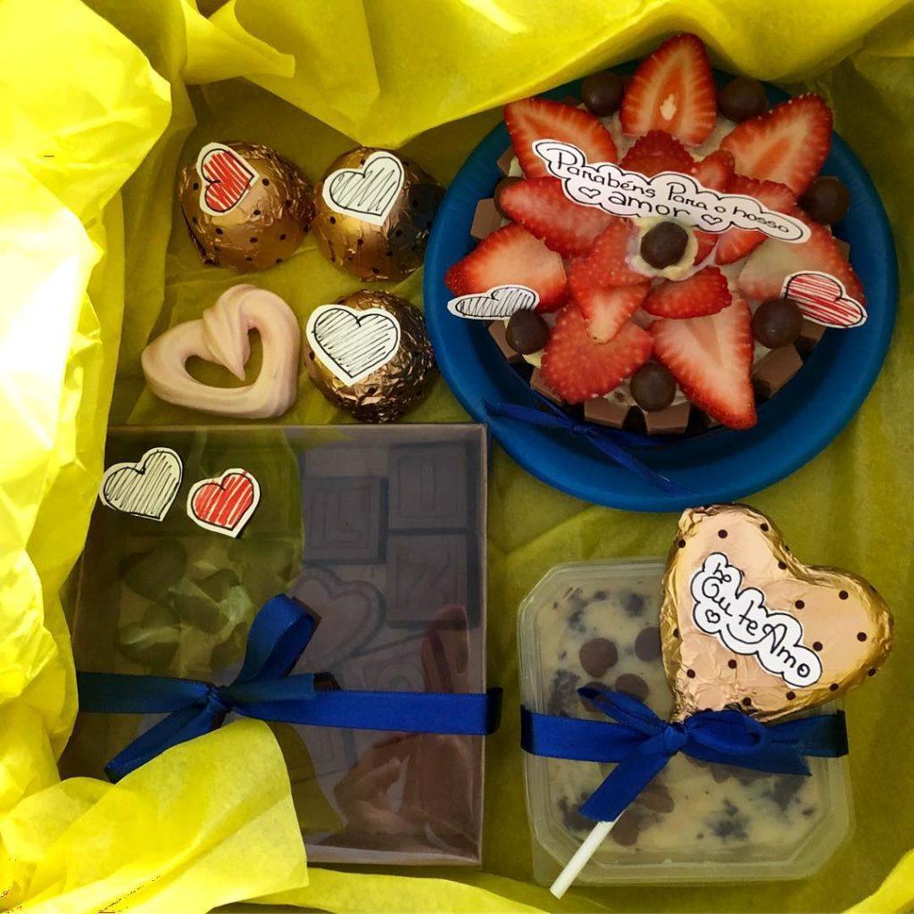 Festa na caixa com mini bolo e trufas