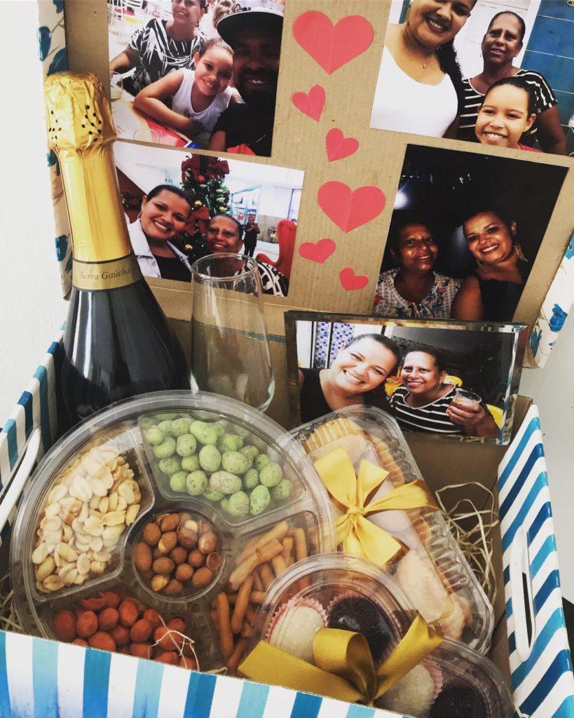 Festa na caixa com vinho e petiscos