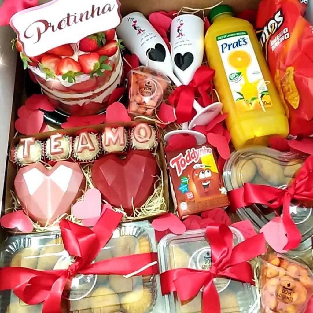 caixa com doces e salgados