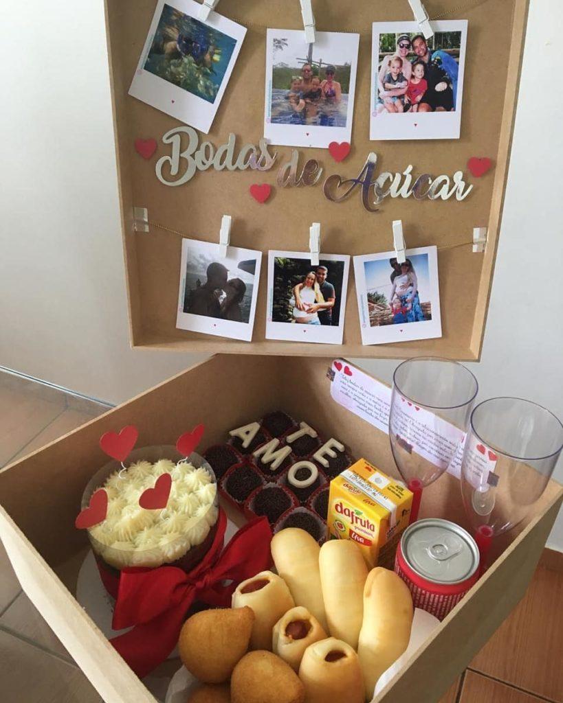 Festa na caixa com taças e fotos.