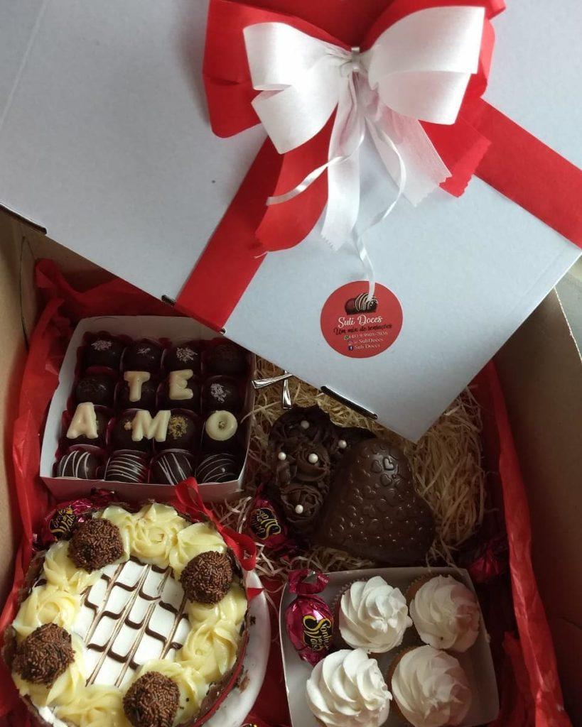 caixa com muitos doces