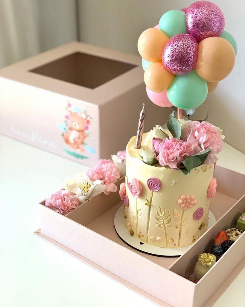 bolo delicado e bem decorado