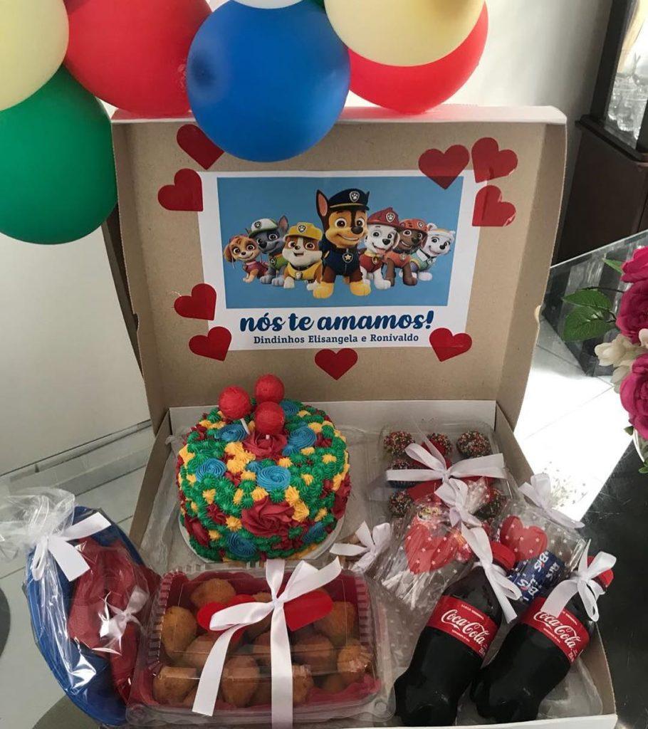 bolo colorido na caixa