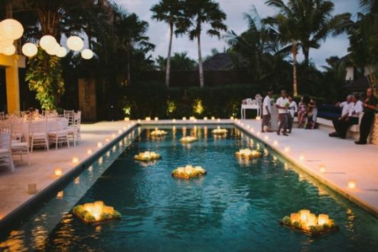 velas flutuantes na piscina